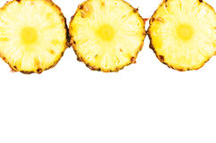 Verse ananasringen geplaatst die op wit worden geïsoleerd Stock Afbeeldingen