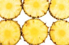 Verse ananasringen geplaatst die op wit worden geïsoleerd Royalty-vrije Stock Afbeeldingen