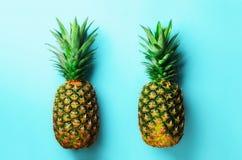 Verse ananassen op blauwe achtergrond Hoogste mening Pop-artontwerp, creatief concept De ruimte van het exemplaar Helder ananaspa stock fotografie