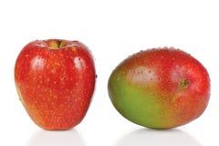 Verse appel en mango met dalingen van water Stock Foto