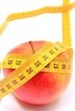 Verse appel en meetlint op witte achtergrond Stock Foto