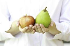 Verse appelen in de handen van de vrouw. Stock Foto's