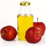 Verse appelen en een fles de azijn van de appelcider Royalty-vrije Stock Foto's