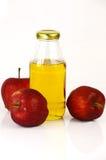 Verse appelen en een fles de azijn van de appelcider Stock Afbeelding