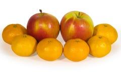 Verse appelen en oranje die mandarijnen op wit worden geïsoleerd Stock Foto