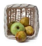 Appelen en peren in een mand Royalty-vrije Stock Afbeeldingen