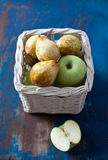 Appelen en peren in een mand Stock Foto's