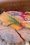 Verse aromatische kruiden op oude houten achtergrond Thyme, rozemarijn Stock Foto