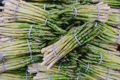 Verse asperge in box bij markt in Amsterdam royalty-vrije stock foto's