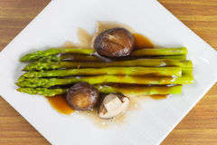 Verse asperge en shiitake gebraden in oestersaus Royalty-vrije Stock Fotografie