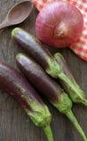 Verse aubergine op de oude houten lijst royalty-vrije stock foto's