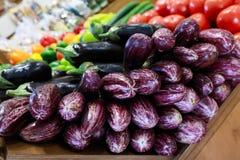Verse aubergines in de Griekse kruidenierswinkelwinkel royalty-vrije stock foto