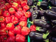 Verse aubergines en paprika's bij de markt Stock Foto's