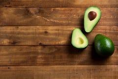 Verse avocado als achtergrond op de donkere houten lijst Stock Fotografie