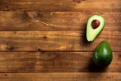 Verse avocado als achtergrond op de donkere houten lijst Royalty-vrije Stock Fotografie