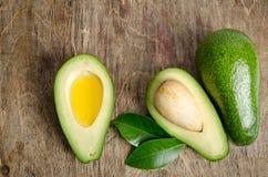 Verse avocado en avocado zoals een kom voor olie Stock Foto