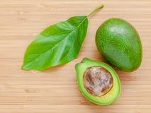 Verse avocado op houten achtergrond Organisch avocado gezond voedsel Royalty-vrije Stock Foto's