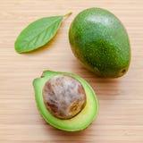 Verse avocado op houten achtergrond Organisch avocado gezond voedsel Royalty-vrije Stock Afbeeldingen