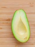 Verse avocado op houten achtergrond Organisch avocado gezond voedsel Stock Foto's