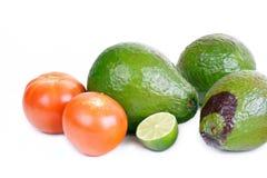 Verse avocado, tomaat en kalk op wit Stock Foto