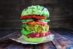 Verse Avocadohamburger met quinoa Stock Foto