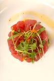Verse Aziatische zeevruchten tartare met micro- groene salade Stock Foto's
