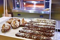 Verse baguettebrood en oven in bakkerij Royalty-vrije Stock Fotografie