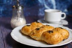 Verse bakkerij en hete thee Stock Foto's