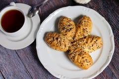 Verse bakkerij en hete thee Stock Afbeeldingen