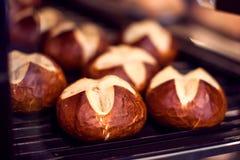 Verse bakkerijproducten in een bakkerijwinkel - sluit omhoog geschoten stock afbeelding