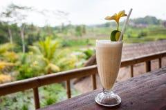 Verse banaanmilkshake op houten lijst Stock Foto's