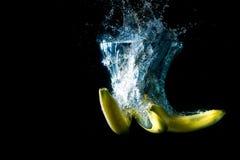 verse banaanvruchten op een donkere achtergrond, vitaminen van aard Royalty-vrije Stock Afbeeldingen