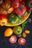 Verse basilicum en tomaten Stock Afbeeldingen
