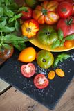 Verse basilicum en tomaten Royalty-vrije Stock Afbeeldingen
