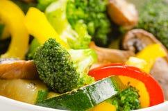 Verse be*wegen-gebraden groenten in kom Royalty-vrije Stock Foto's