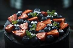 Verse bessen bovenop een close-up van de chocoladecake Stock Foto