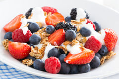 Verse bessen, yoghurt en muesli, close-up Stock Fotografie