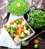 Verse bevroren groenten op houten achtergrond dicht omhoog stock foto