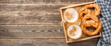 Verse bier en pretzels op houten lijst royalty-vrije stock foto's