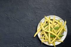 Verse bio organische aspergebonen op metaalplaat Gezond voedsel De ruimte van het exemplaar Model voor menu of recept Royalty-vrije Stock Foto's