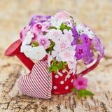 Verse bloemen en een klein hart Stock Foto's