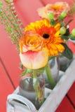 Verse bloemen in kleine flessen Stock Afbeeldingen