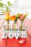 Verse bloemen in kleine flessen Stock Foto