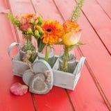 Verse bloemen in kleine flessen Royalty-vrije Stock Foto's