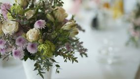 Verse bloemen op lijst stock footage