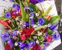 Verse bloemenboeketten bij de markt Stock Foto