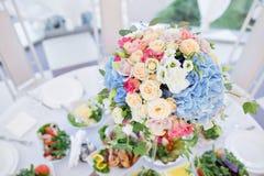 Verse bloemensamenstelling op de vakantielijst Prachtig georganiseerde gebeurtenis - gediende banketlijsten klaar voor gasten stock fotografie