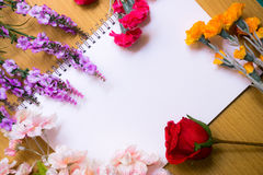Verse bloemstukken op boek witte pagina Stock Fotografie