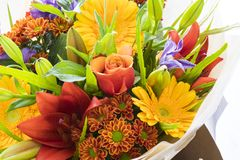 Verse boeketbloemen rozen, lelie, dahlia en gerbera royalty-vrije stock foto