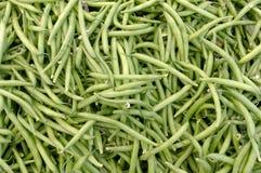 Verse bonen op vertoning bij de markt van de landbouwer Stock Foto